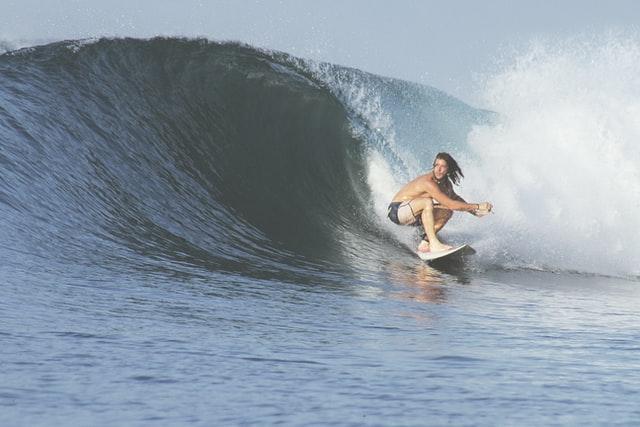 サーフィンをするサーファー