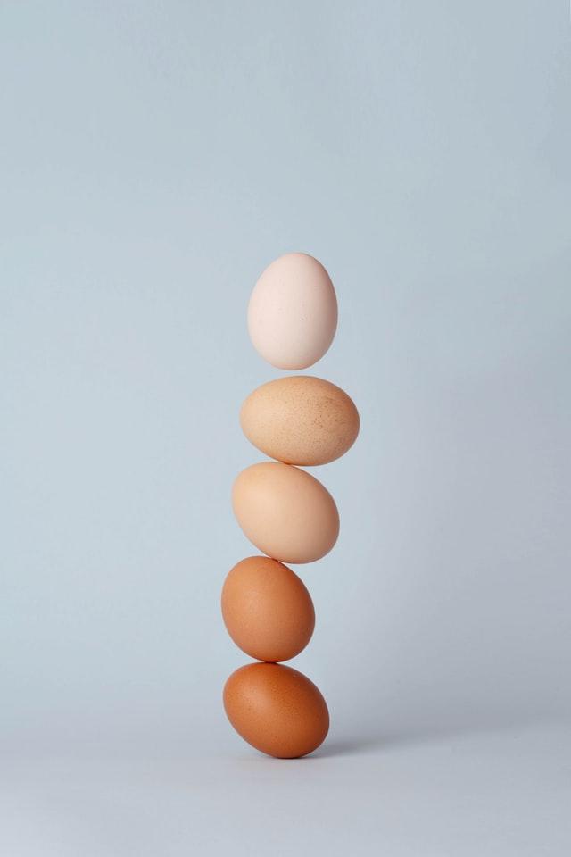 卵の上に卵を乗せるイメージ図