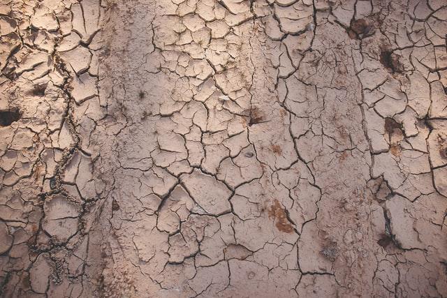 乾燥し、ひび割れた地面