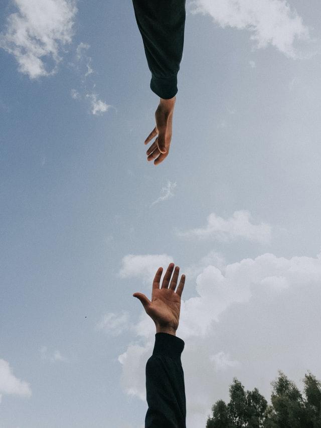 手と手が離れているイメージ図