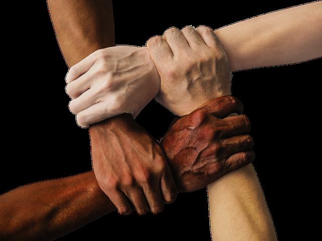 4人それぞれが別の人の手を握る