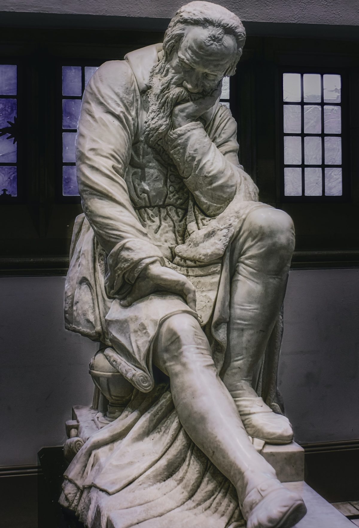考えてる人の石像
