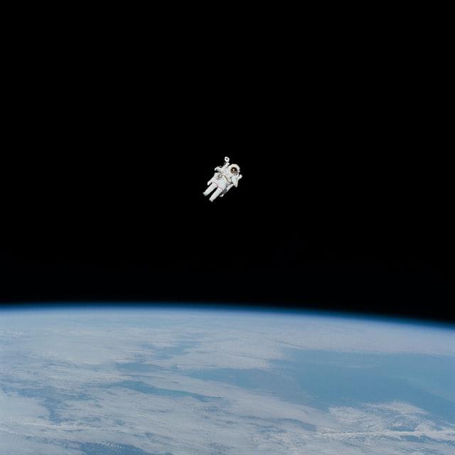 宇宙飛行士の向こうに地球