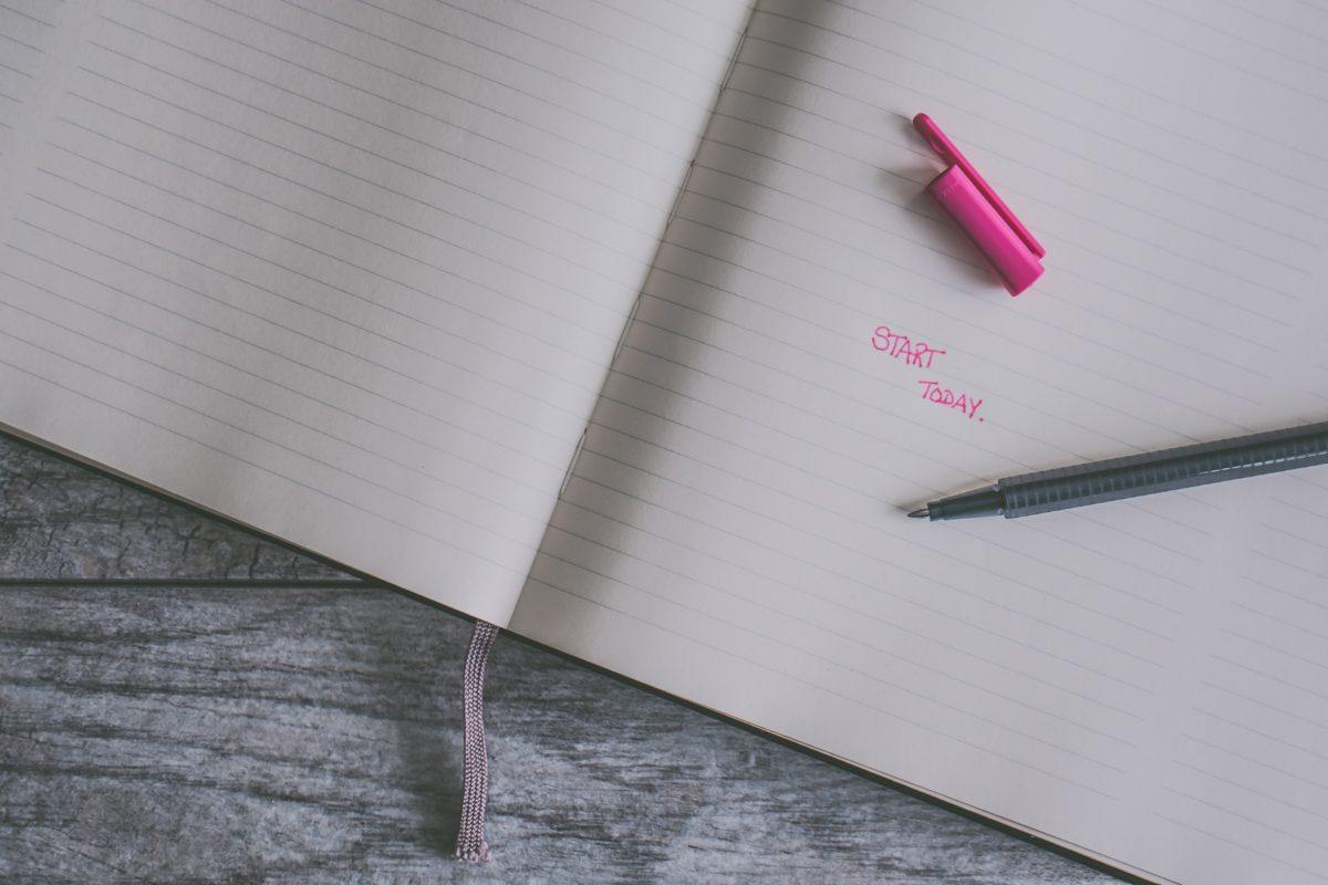 ノートの上に置かれたボールペンのイメージ図