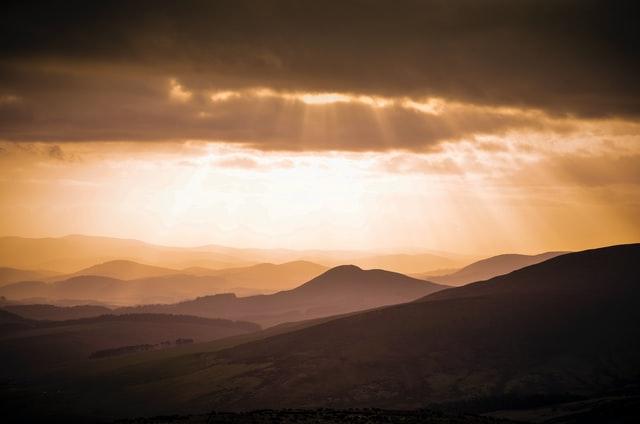 山並に降り注ぐ太陽光