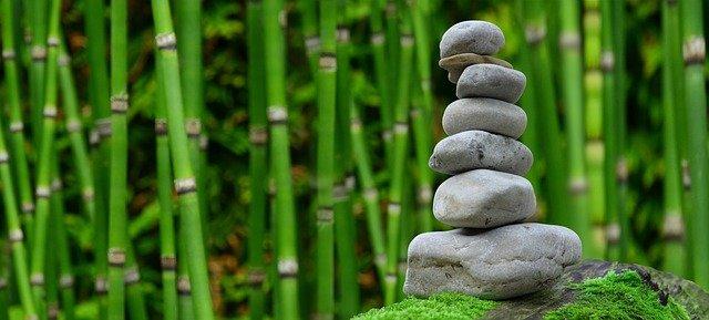 石の積み上げに竹の背景